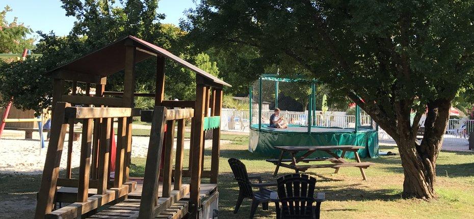 camping-gironde-trampoline