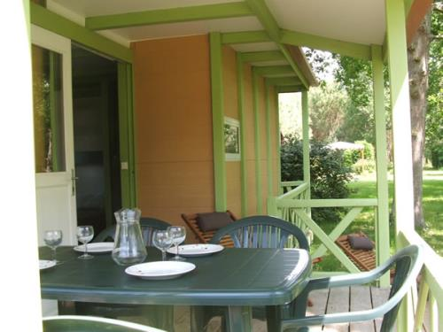 camping-gironde-location-chalet-3ch-6p-terrasse