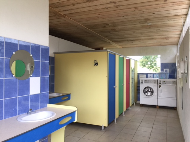 camping-gironde-sanitaires-lavabos--laverie