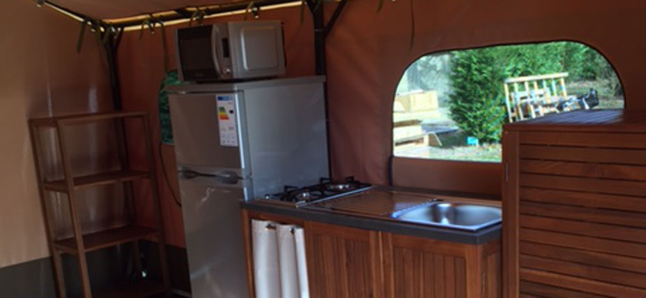 location-tente-lodge-gironde-2-chambres-cuisine