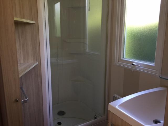 Loggia-salle-d-eau-camping-La-Chesnays-Montalivet
